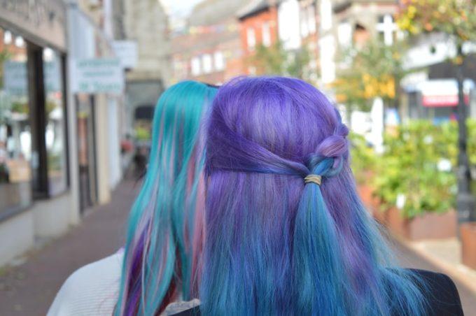 色とりどりのヘアカラーの女性