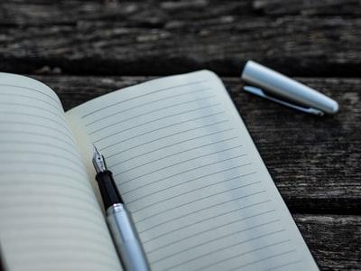 空白のノートとペン