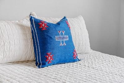 ベッドに並べられた枕