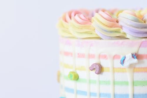 カラフルな生クリームケーキ