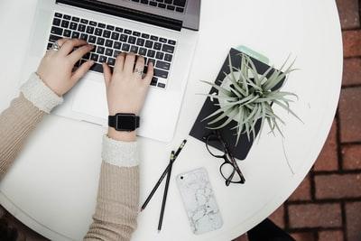 パソコンでブログを執筆する両手