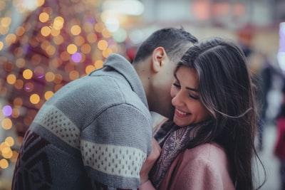 恋人の頬にキスをする男性