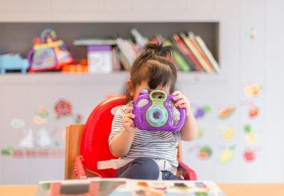 カメラのおもちゃで遊ぶ女の子