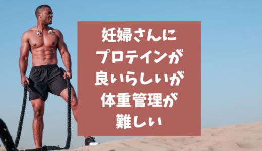 砂漠に立つ筋肉質の男性
