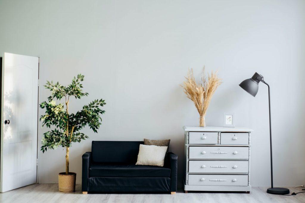 シンプルでオシャレな家具が置かれたリビング