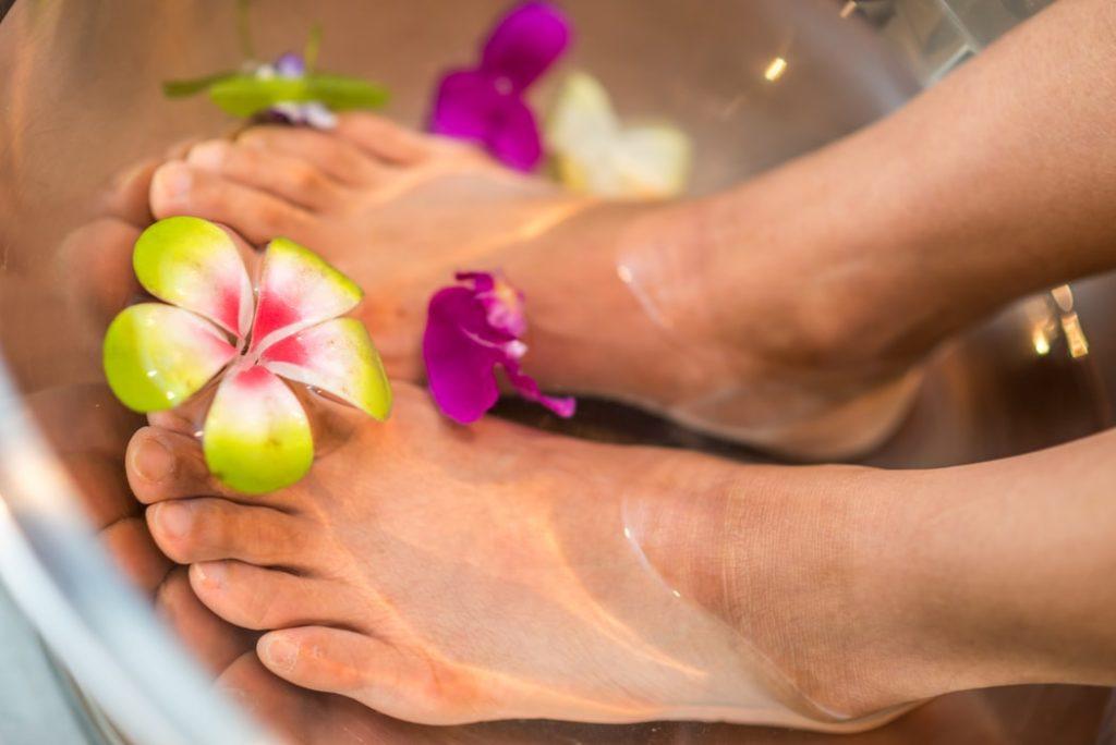 足湯をしている足のアップ