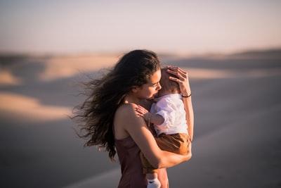 赤ちゃんを抱っこするママ