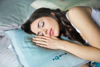 眠りながら夢を見る女性