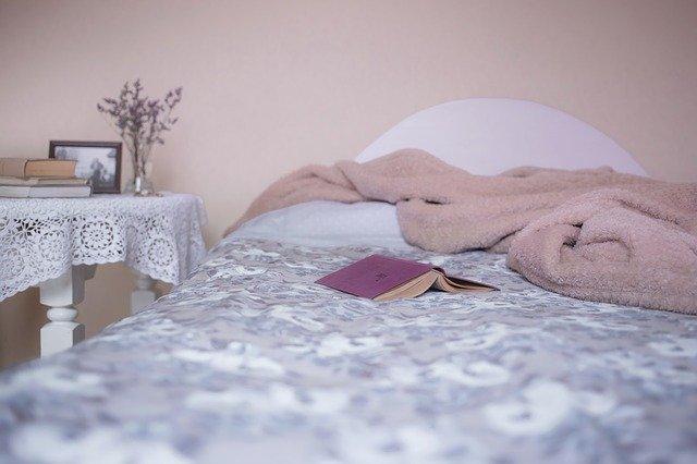 開いた本が置かれたベッド