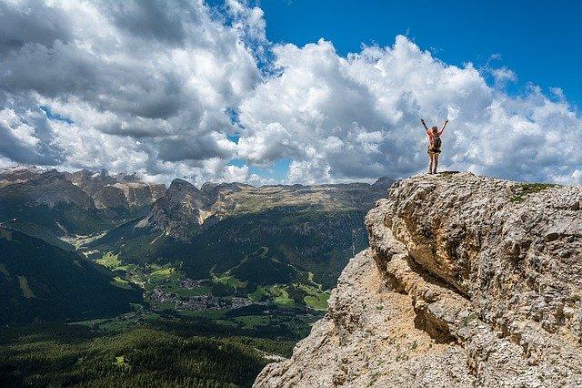 登頂に成功した人と頂上からの風景