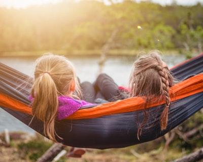 ハンモックで眠る少女たち