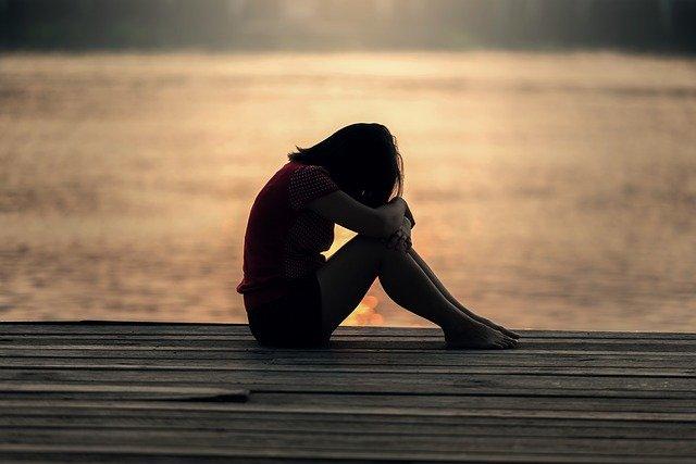 悲しむ女性のシルエット