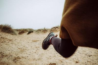 逃げる女性の足