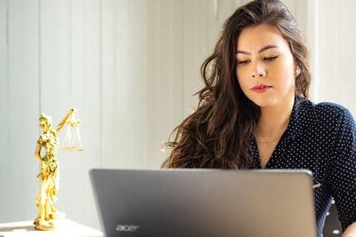 書類を作成する弁護士