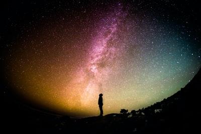 星空を眺める人