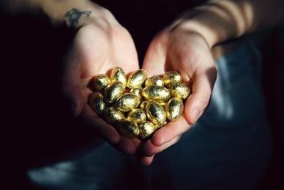 両手に広げた金色の種