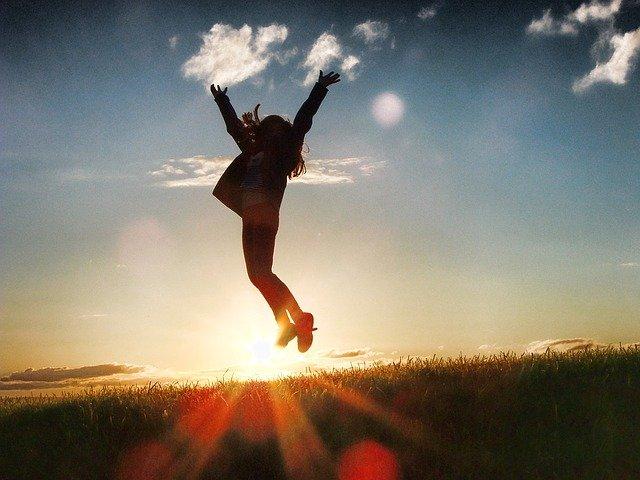 光の中で跳ぶ女性